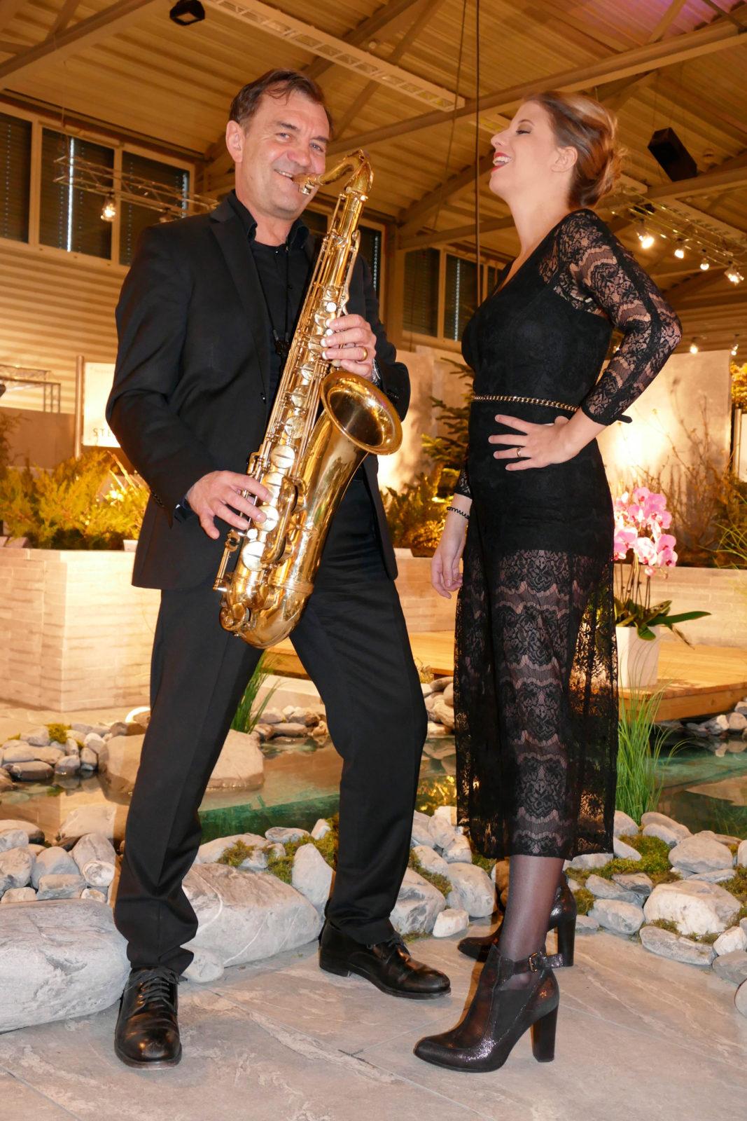 Messe Show Saengerin und Saxofonist