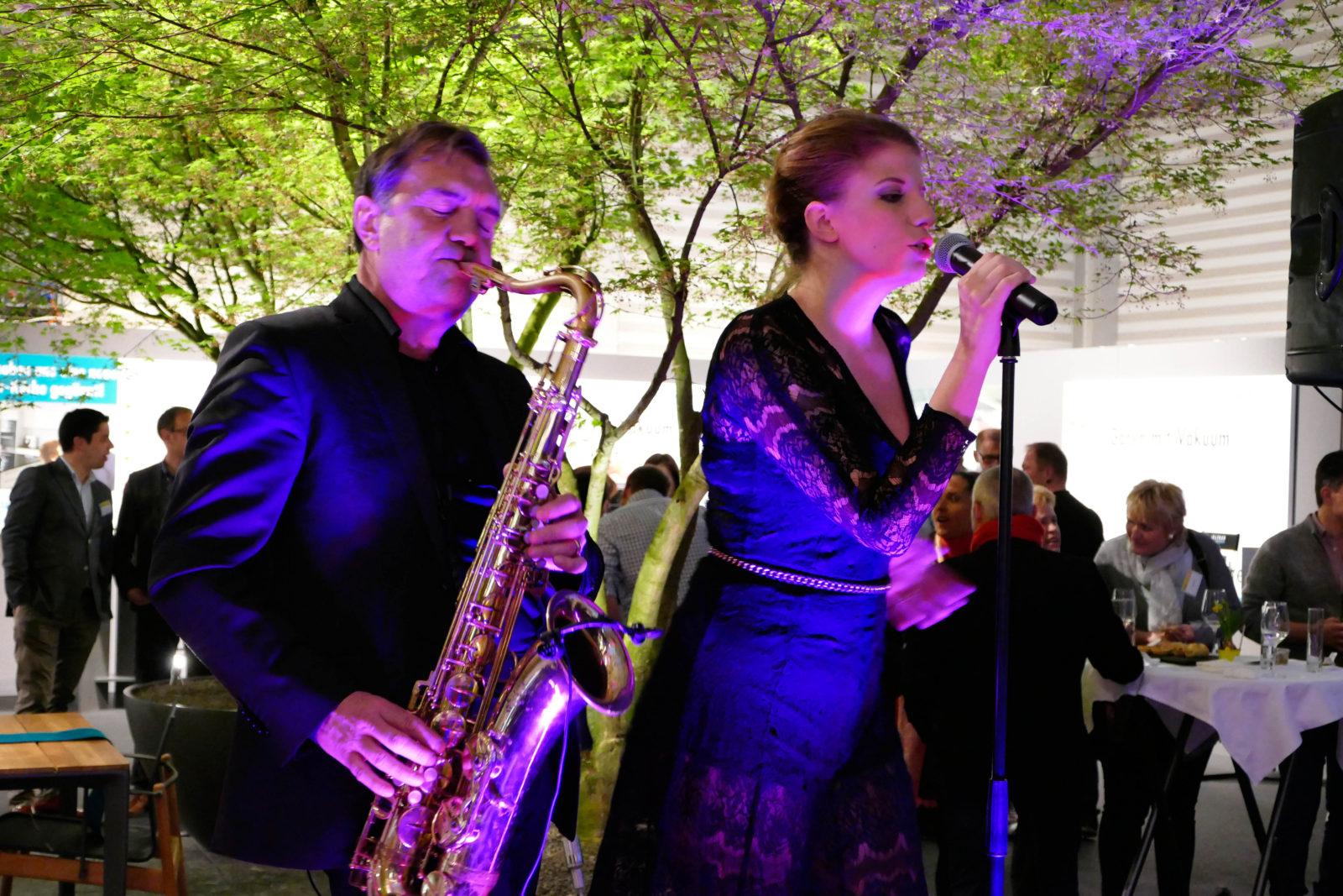 Messe Show Saengerin und Saxofonist 2